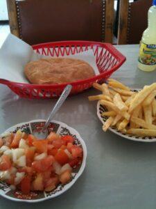 Tomaten-Zwiebel Salat, Pommes und Brot