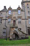 Das ist der neuste Teil des Schlosses, ein im gleichen Stil wiederaufgebauter Teil. Ich meine so etwa 200 Jahre alt.