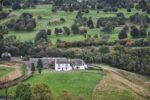 Ein alter Bauernhof der von Castle Stirling zu sehen ist.