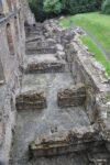 Dunfermline Abbey, dies ist das Hauptwohngebäude und der Blick fällt auf den Grundriss des untersten Stockwerkes, also den Keller. https://en.wikipedia.org/wiki/Dunfermline_Abbey