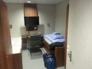 Meine Kabine, eine Doppelkabine, wenn ich das richtig verstehe sind das Gästekabinen für Kunden die an Bord arbeiten, ich hatte die für mich alleine. Die anderen Ingenieure auf dem Schiff hatten auch eine Einzelkabine, es gibt auch Außenkabinen, auch grössere mit einem richtigen Tisch und Stühlen.