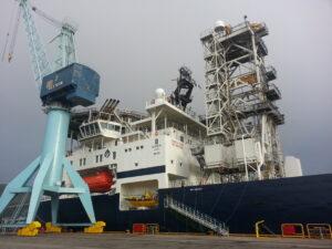 Das Schiff, also teilweise, leider habe ich es von so nah nicht ganz drauf bekommen. Ein Arbeitsturm, der genutzt wird zum bohren oder um Dinge ins Wasser zu lassen. Einer der nächsten Aufträge ist wohl Gesteinsproben nehmen an der Stelle wo bald der längste Tunnel Europas gebaut wird, irgendwo in Norwegen.