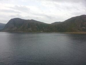 Das Fjord nochmal als es los ging, alles so schön grün hier, direkt vom Wald ins Meer.