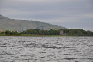 Loch Leven Castle liegt auf einer Insel in Loch Leven, hier vom Rande Loch Levens aus gesehen.