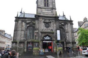 Es gibt in Schottland viele umgewidmte Kirchen, hier ist ein alternativer Souvenir Markt in der Kirche.