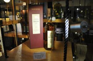 Talisker Destillerie, die teuerste Flasche im Verkaufsraum.