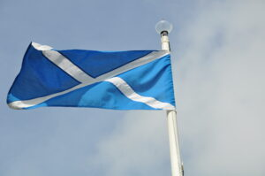 Ach, ja wir sind in Schottland, überall schottische Flaggen.