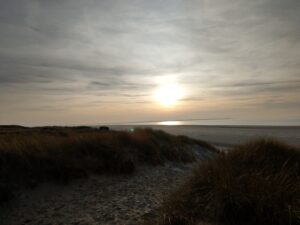 Düne und Meer im wunderschönen Sonnenuntergang am ersten Abend auf Langeoog
