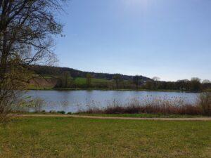 Naherholungsgebiet, Naturschwimmbad, öffentlich, mit Toiletten und Duschen, kostenlos.