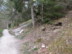 Donauversinkung, rechts sind Löcher aus denen kühle Luft strömt.