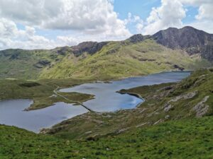 Blick auf einen See beim Aufstieg