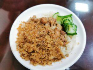 Schüssel mit Reis und Beilage