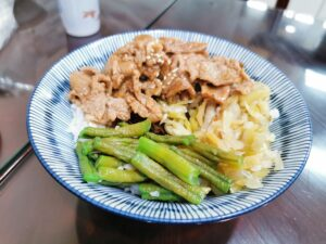 Fleisch, Gemüse und Reis in einer Schale