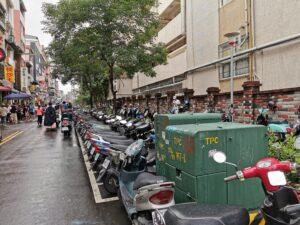 Foto von unzähligen Motorrollern, Mopeds und Motorrädern