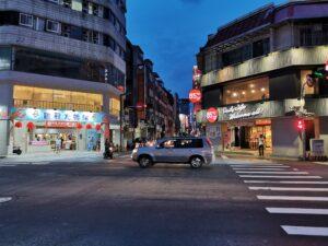 Straßenkreuzung in der Innenstadt von Taichung nahe dem neuen Bahnhof