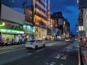 Strasse in der Innenstadt am frühen Abend