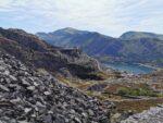 Blick von weiter oben aufs Tal und den Steinbruch.