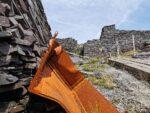 Altes rostiges Stahlteil im Steinbruch