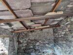 Blick in eines der Schieferhäuser, die riesigen Schieferplatten des Daches werden hier von Schienen getragen