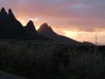 Sonnenuntergang mit Bergen