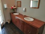 Toilette im Restaurant der Rumdestillerie