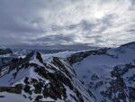 Glacier 3000 - Scex Rouge, Ausblick auf die umliegenden Berge, im Vordergrund eine Hängebrücke