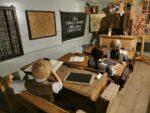 Nachbau eines Schulraum, Tische und Bänke in Originalgrösse, im Museum der Landschaft Saanen