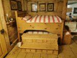 Bett in einem Wohnhaus, im Museum der Landschaft Saanen