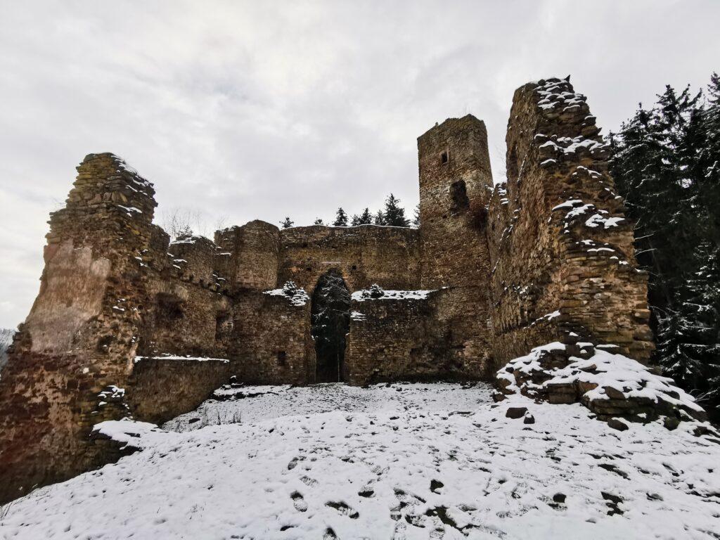 Blick in in die Burg von der Rückseite, wo kein Wand mehr besteht