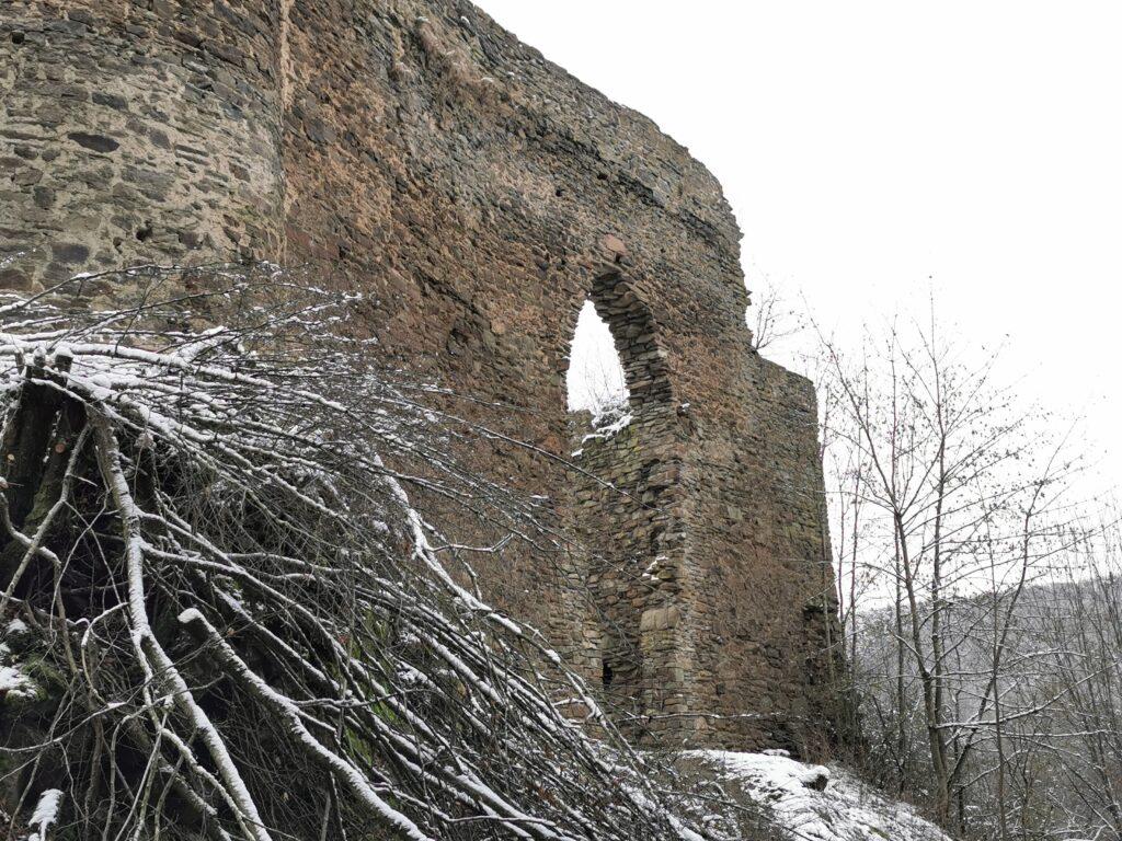 Mauer der Burg Neublankenheim, hier das Burgtor