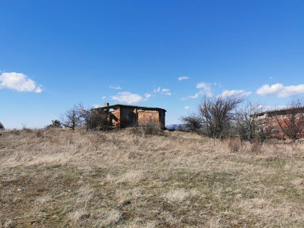 Zerfallenes Haus auf einem Berg bei Sliven