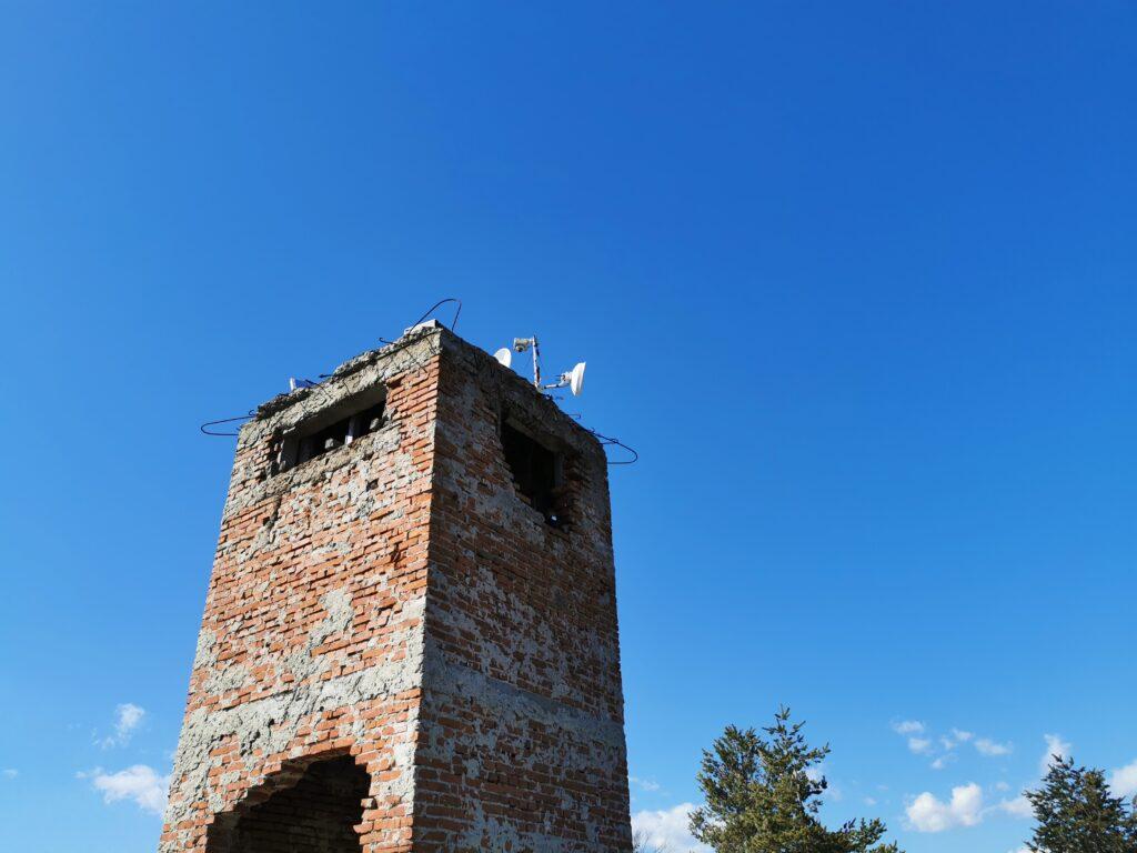 Auf dem zerfallenen Turm ist Funktechnik und Solarpanel, unten drin stehen auch zwei Batterien