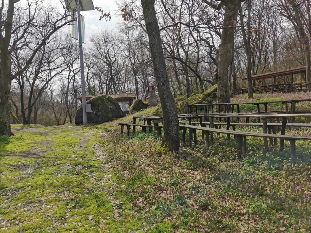 Riesige Anlage mit Grills, Sitzplätzen und einer kleinen Kapelle (Kirche)