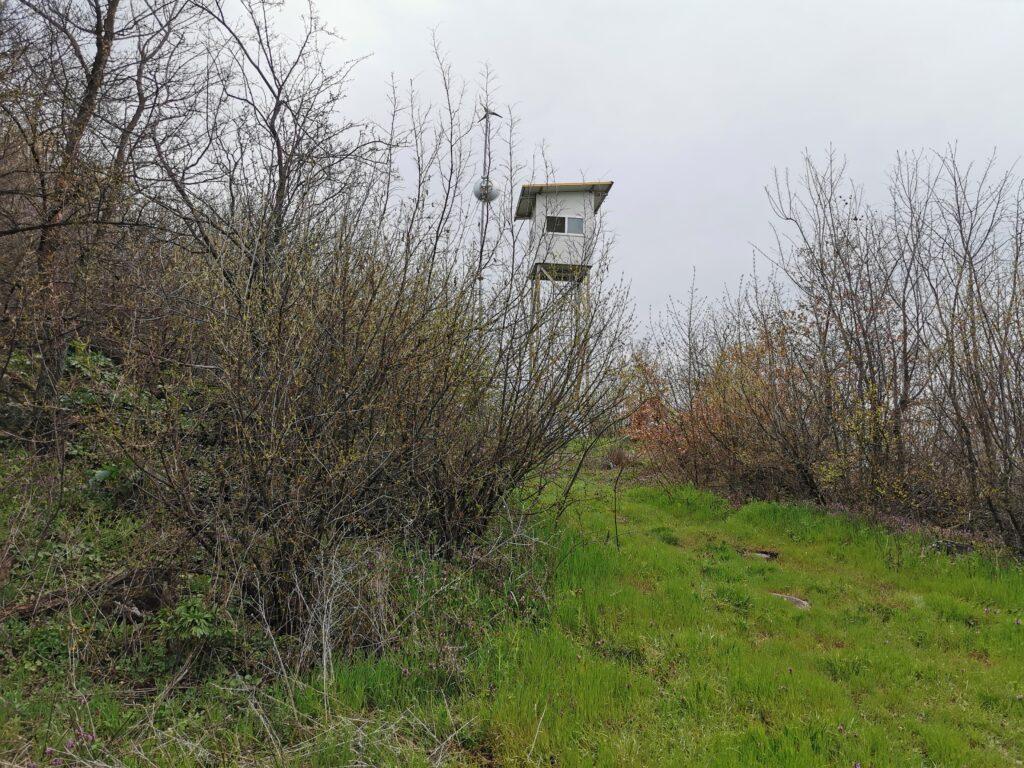 Weiter entlang dem markierten Weg dann dieser Turm, nicht zugänglich