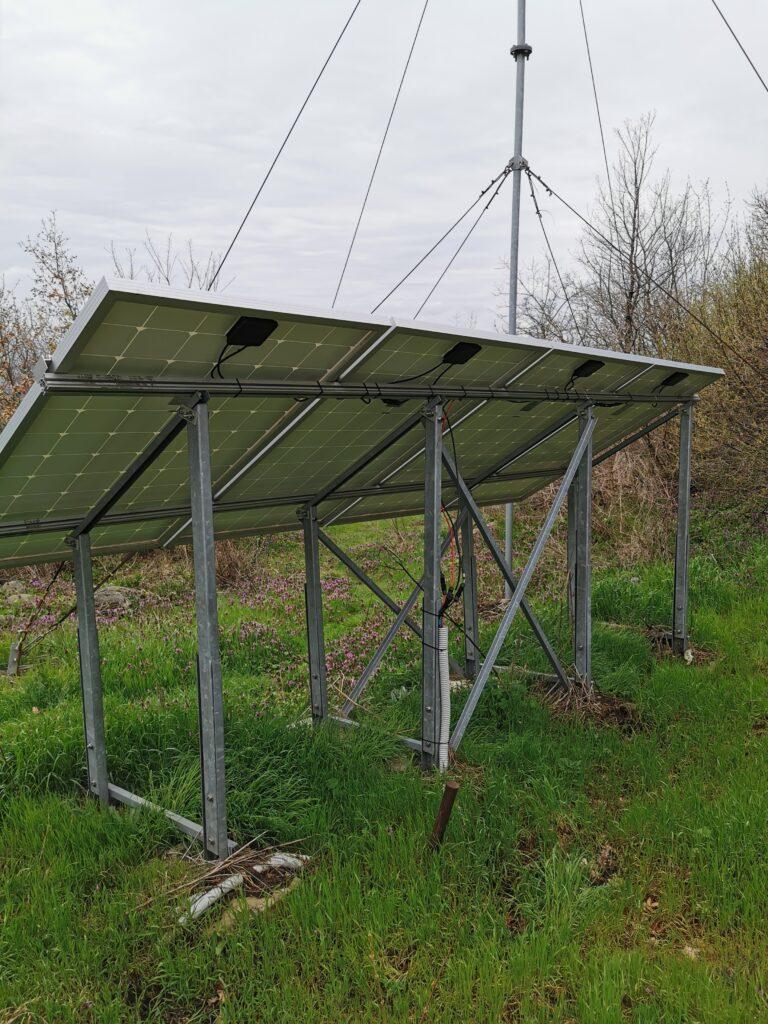 Solarzellen am Turm für die Stromversorgung der Kameras am Turm