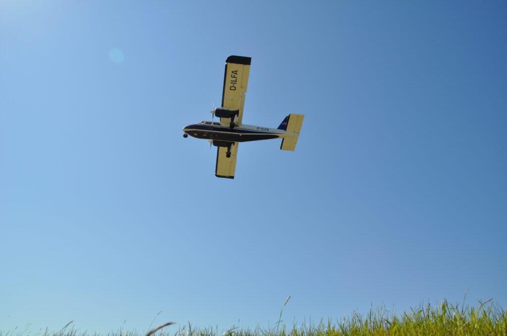 Flugzeug im Landeanflug in Wangerooge