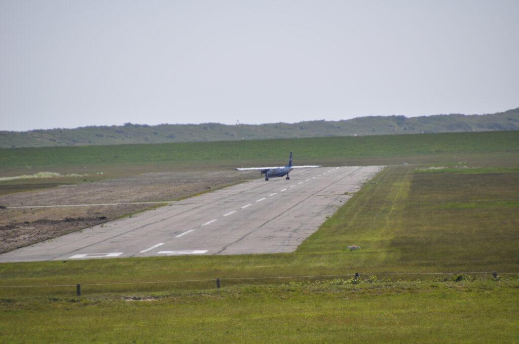 Flugzeug nach Landung auf der Landebahn in Wangerooge