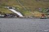 Wasserkraftwerk Fossaverkid vom Fjord Vestmanna betrachtet