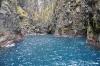 Strahlend blaues Wasser in einer Grotte